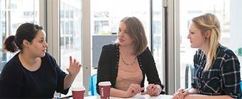 工商管理博士主页图片341x140 -三个女人坐在一张桌子前