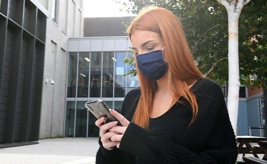 校园里的学生在面具面具