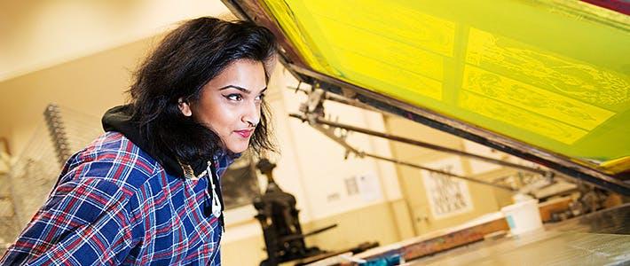 BCU艺术系学生丝网印刷。