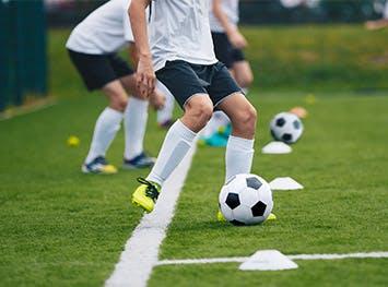 年轻人踢足球
